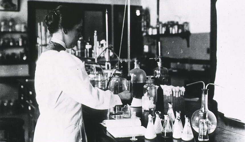 Alice Evans working in the lab. Via NIH